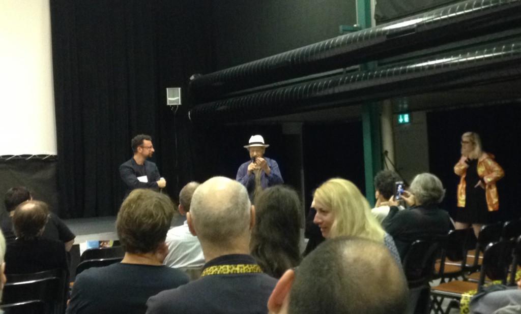 """Jonas Mekas, en el centro de pie, en la presentación en Locarno de """"Walden""""."""